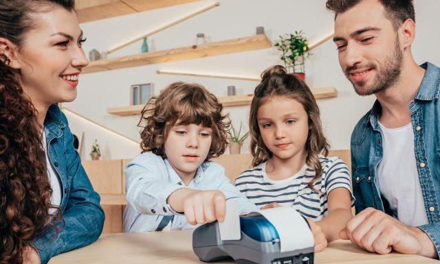 Rodzice uczą dzieci korzystania z konta dla dziecka