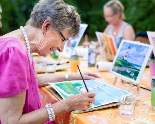 starsza-kobieta-maluje